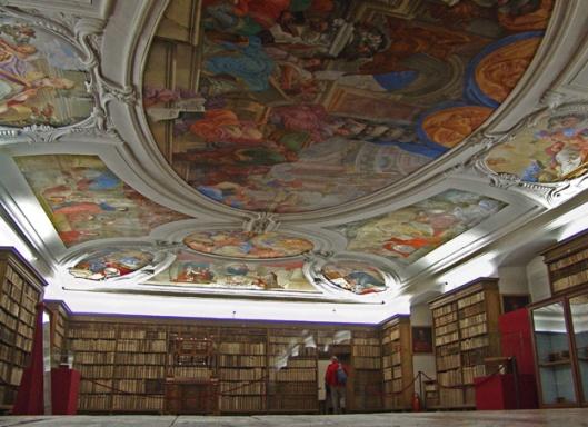 Foto van schilderingen in Lambach met fresco's van Christoph Lederwasch en Melchior Steidl