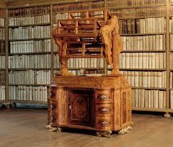 Draaiend boekenrad in Lambach op een kast geplaatst
