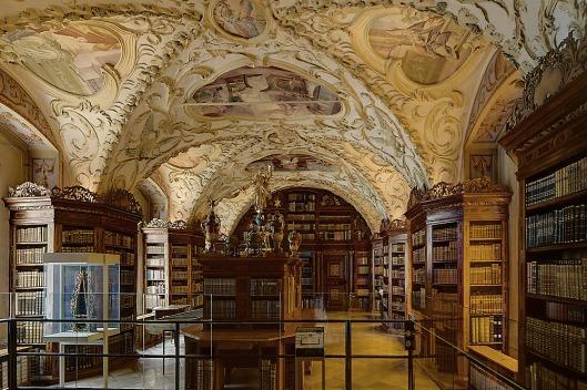 De pronkzaalbibliotheek kwam gereed onder abt Sigmund Braun (1695-1716). Gelegen op de eerste verdieping van het klooster in Lilienfeld met de volgende oppervlaktematen: lang 17.80 meter, breed 7.60 meter en hoog 4.70 meter (Franz Svoboda)