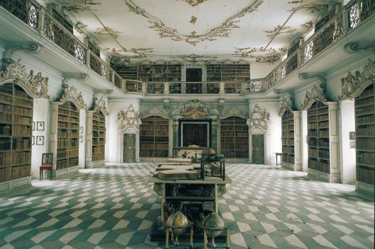 Pronkzaal Augustijnerklooster Neustift bij Brixen (Bressanone) Zuid-Tirol, Italië. Klooster in 1142 gesticht. De bibliotheek in rococo-stijl is tussen 1770m en 1780 gebouwd onder architectuur van Giuseppe Sartori.