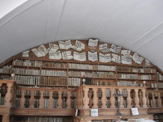 Koosterbibliotheek Reisach, Beieren. In 1802 opgeheven. na 1835 is het klooster opnieuw in gebruik genomen. De boekenkasten en het meubilair zijn vervaardigd door een kloosterpater.