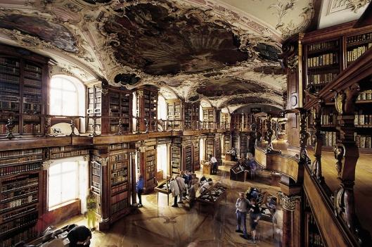 De befaamde bibliotheekzaal van Sankt Gallen die tussen 1757 en 1767 tot stand kwam