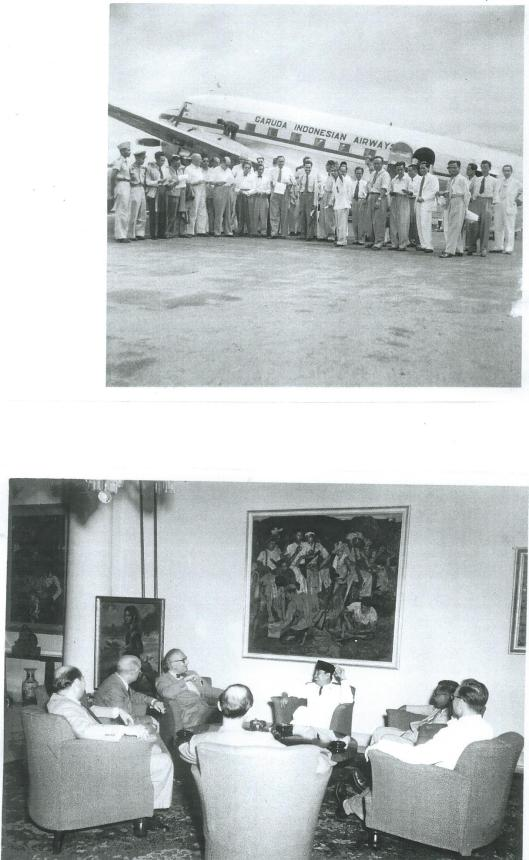 Bovenste foto: aankomst van de Nederlandse journalistendelegatie in Jakarta in 1952. Onder; In gesprek met Soekarno in het presidentieel paleis. Vooraan links: Ben Korsten.