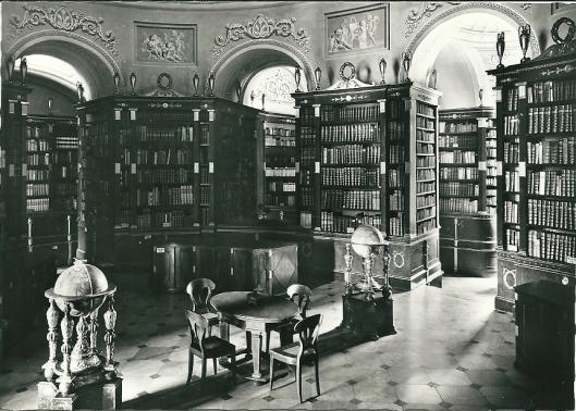 Stift Klosterneuburg. Koepelzaal van de bibliotheek. Empire-inrichting uit 1836