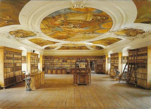 Benediktinerstift Lambach. Grote bibliotheekzaal (1699). Plafondschilderingen zijn van Melchior Steidl