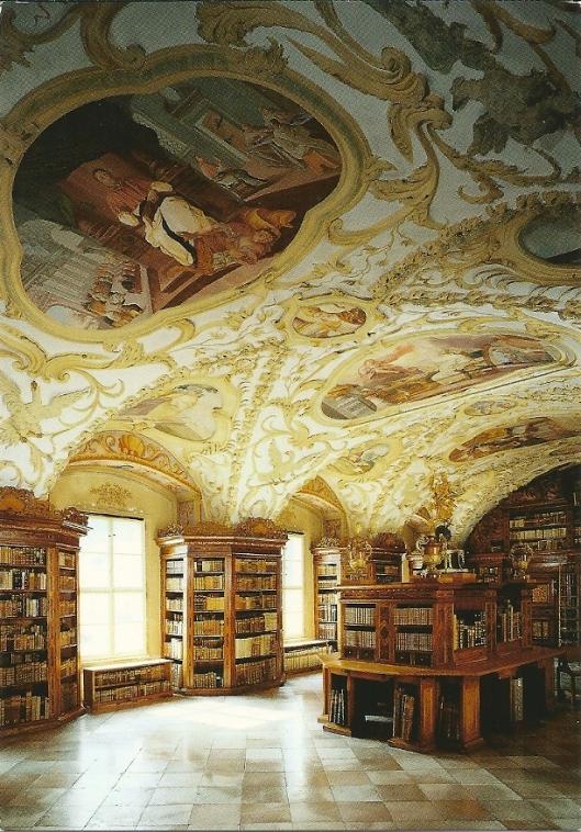 Zisterzienserstift Lilienfeld met bibliotheekzaal uit omstreeks 1700 (in 1716 gereed gekomen). Klooster dateert uit de 13 eeuw. Fraai meubilair, zoals kasten, werktafels en een madonna van Lorentius Schöfferle