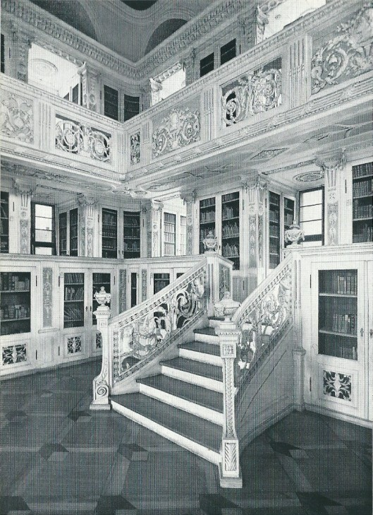 Detail van de enig overgebleven vm. bibliotheekzaal van een Frankisch klooster/ Het rijke houtwerk is van de beeldhouwers J.A.Berg en Konrad Huber
