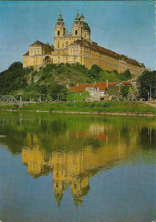 Benediktinerstift Melk, gesticht rond 1100. De bouw is van Prandtauer (1736). Links van de kloosterkerk het bibliotheekgebouw. Het fraaiaan dec Donau gelegen klooster wordt druk bezocht door toeristen