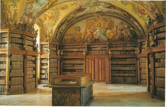De 'Gouden Zaal ' van klooster Heiligenkreuz, zo genoemd naar de goudkleurige ruggen van de ingebonden boeken. De barokleeszaal kwam in 1701 gereed. Plafondfresco's zijn van Carl Ritsch