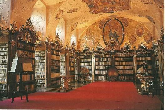 Kloosterbibliotheek Vorau. De fresco's zijn van Ignaz Gottlieb Kröll, het stucwerk van Dominikus en Johann K.Androy. De globes van hemel en aarde zijn in 1688 vervaardigd door Vincenzo Coronelli.