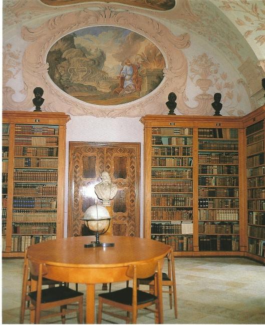 Kloosterbibliotheek Heiligenkreuz, de 'Tuinzaal'. Schildering is van Carl Ritsch; het stucwerk van Johannes Aliprandi en Johannes Piasoll. De klassicistische boekenkasten zijn gemaakt van platanenhout.