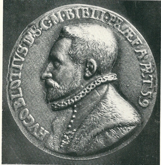 Hugo Blotius, in 1533 geboren te Delft en in 1608 overleden in Wenen was de eerste 'keizerlijke bibliothecaris' (onder Maximiliaan II) van belang voor de hofbibliotheek.  Hij vergrootte de collectie, catalogiseerde deze voor het eerst en  zorgde voor het wettelijk depot, waarbij  1 exemplaar van alle publicaties in het keizerrijk moest worden ingeleverd. Op deze penning sis Blotius afgebeeld