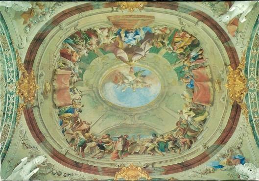 De bibliotheek is in 5 compartimenten ingedeeld van wie 3 met een koepel waarbij de fresco's zijn van Paul Troger