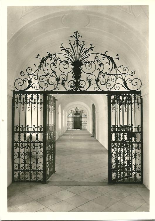 Sankt Florian. Gang naar de bibliotheek met gietijzeren poorten uit de 18e eeuw