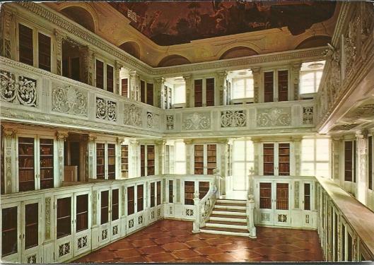 Amorbach (Odenwald): voormalige  abdij-bibliotheekzaal uit 1790. Stucwerk van A.Dittmann; plafondschildering van Konrad Huber.  Tegenwoordig deel uitmakend van Fürstlich Leiningensche (Schloss)bibliothek in Amorbach