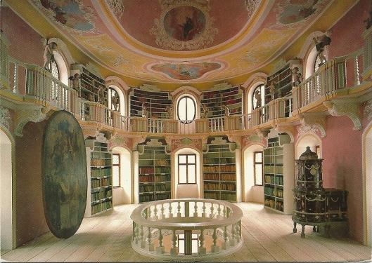Vroegere kloosterbibliotheek van het Benedictijnerklooster St. Mang in Füssen. Op- en ingericht in 1719 als een voorbeeld van wijsheid en geleerdheid in een ovaal grondvlak. Bouwmeester was Johann Jokab Herkomer. De fresco's zijn van Francesco Bernardini en de beeldjes van putti ofwel engeltjes zijn van Anton Sturm.