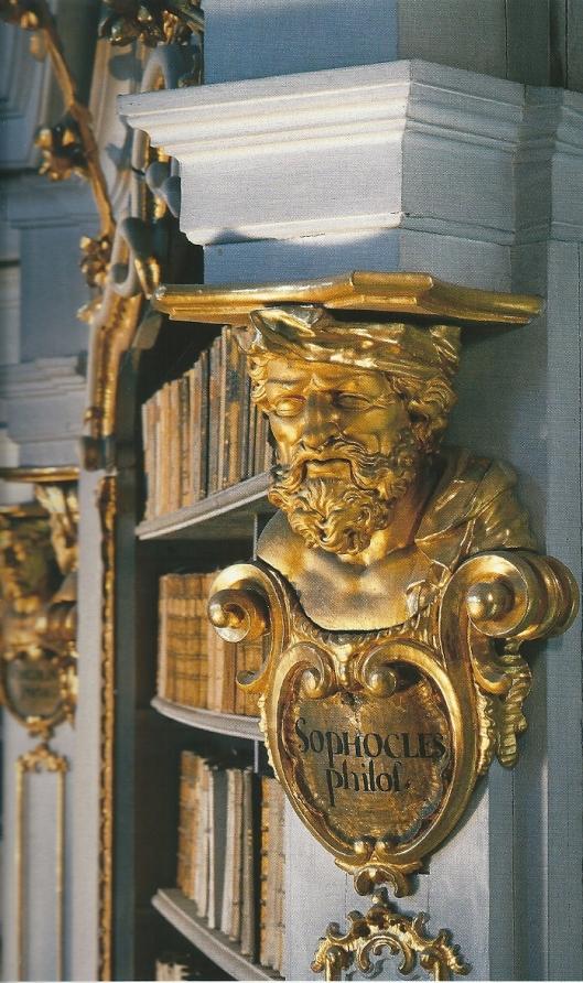 Aan de kop van de boekenkasten zijn gebeeldhouwde portretten van schrijvers en wijsgeren aangebracht, zoals hier de Griekse toneelschrijver Sophocles