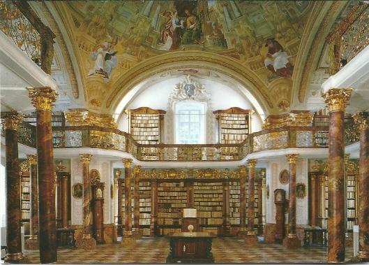 Pronkzaal bibliotheek Schlierbach. In de rococo-boekenkasten staan 12.000 boeken.