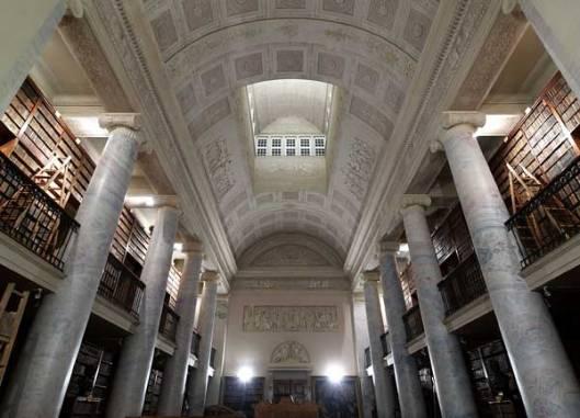 Uit 1832 dateert de klassieke bibliotheekzaal van 'Schottenstift' De boekerij telt meer dan 200.000 banden, 442 wiegendrukken en 736 handschriften