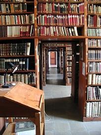 Doorkijk Fransicaner kloosterbibliotheek Schwaz, Tirol, rijk aan incunabelen