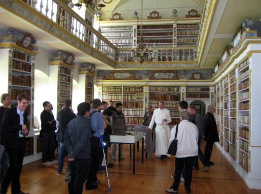 Prämomstratenser-Chorherrenstift Wilten nabij Insbruck. Gebouwd eind 17e eeuw. Het in 1140 gestichte klooster beschikte al in de 15e eeuw over een aparte bibliotheekruimte. In 1730 is de huidige barokke bibliotheekzaal ingericht.
