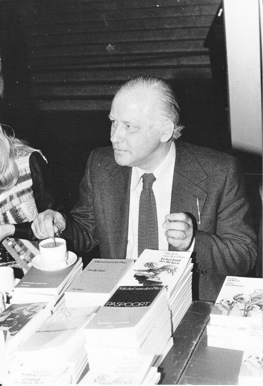 Foto van een signerende Michel van der Plas tijdens een boekenbeurs in Rotterdam op 4 april 1976 (foto F. van der Voordt)