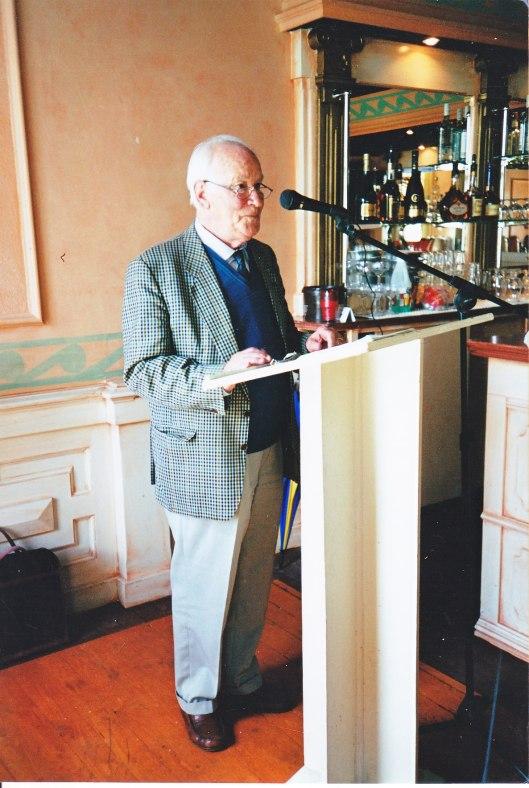 In restaurant Brinkmaan te Haarlem genomen foto van een voordracht houdende Michel vanb der Plas voor leden van het Godfried Bomans Genootschap, 27 mei 2000 (foto Ilse Rolaff)