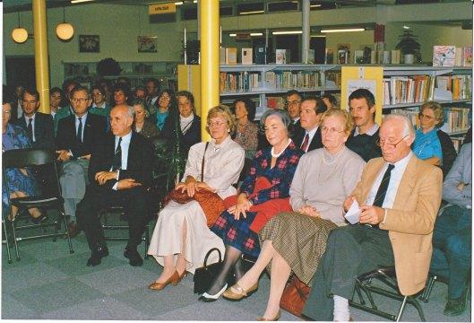 Michel van der Plas met links van hem zijn echtgenote mw. Cella Brinkel-de Jong bij de opening van Bomans-tentoonstelling in de openbare bibliotheek van Waddinxveen (foto Paula Paar)
