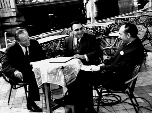 Philip Sharper van NBC-televisie interviewde in 1965 Michel van der Plas (links) en Herman van Run (rechts) (Foto Katholiek Documentatiecentrum Nijmegen)