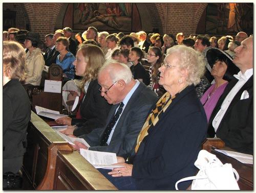 Benk Brinkel en evhtgenote op 17 april 2007 aanwezig in de basiliek van Laren voor de investituur van enige zoon , oud-Tweede Kamerlid, dr. Theo Brinkel (foto Bisdom Haarlem)