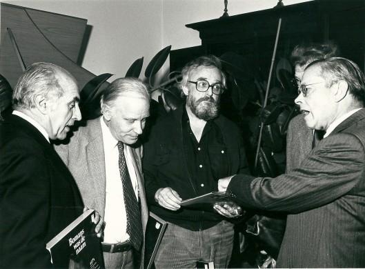 V.l.n.r. Jan Bomans, Michel van der Plas, Tony van Verre, Simon Carmiggelt en Harry Prenen bij de presentatie van een grammofoonplatenalbum en boek in 1978 van 'Bomans was de naam'.