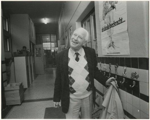 Michel van der Plas op bezoek in de basisschool Weimarstraat 300 Den Haag in 1985 (Haagse Beeldbank)
