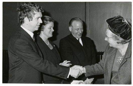 Koningin Julianan wordt tijdens haar nezoek aan een congres van 'Onze Taal'op 19-10-1968 voorgesteld aan Seth Gaaikema en Michel van der Plas. Naam van de dame in het midden onbekend (Haagse Beeldbank)