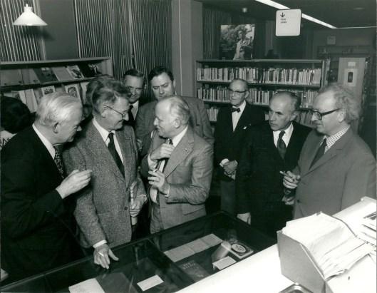 Michel van der Plas in gesprek met Simon Carmiggekt bij de opening van een Bomans-tentoonstelling in 1974 in de Heemsteedse bibliotheek