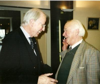 Michel van der Plas in gesprek met Klaas de Jong Ozn. (links) bij de presentatie van 'Symbolen en simbalen', 28-10-2000 (foto Hans Werkman)