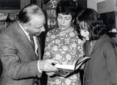 Michel van der Plas overhandigt een boek met herinneringen aan Godfried Bomans aan de weduwe en dochter Eva Bomans, 27 mei 1972