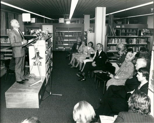 Michel van der Plas hield een toespraak bij de opening van een Bomans-tentoonstelling in de bibliotheek Heemstede