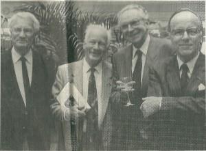 Bij de presenatie van 'Mijnheer Gezelle' tijdens een schrijverslunch in het Amsterdamse Barbizon-cent. V.l.n.r. prof.dr. Okke Jager, Michel van der Plas, prof.dr.Hans Bornewasser en prof.dr.Willem Schulte Nordholdt (foto Peter van Zonneveld in De Telegraaf van 17-10-1990).