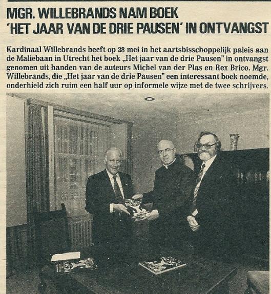 Mgr. Willebrands met Michel van der Plas (links) en Rex Brico bij de verschijning van het boek 'Het jaar van de drie pausen' (Studio, 16-6-1979)