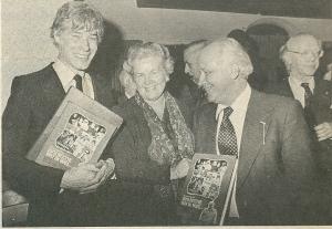 Paul van Vliet, Cella Brinkel-de Jong, Michel van der Plas en journalist Joop Lücker bij de presentatie van het boek 'Zo'n beetje wat ik voel' (Elsevier 7 april 1979)