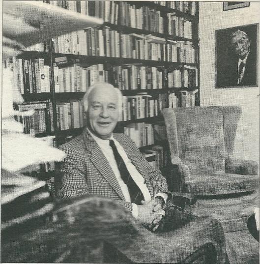 Michel van der Plas thuis zijn privé-boekerij met rechts een portret van Anton van Duinkerken. (Vrij Nederland, 22 december 1990)