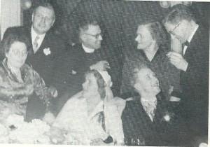 Het bruidspaar op 20 februari 1952 met links getuige Anton van Duinkerken met echtgenote, pastoor A.Th.Brouwer en rechts getuige Gabrël Smit en diens vrouw
