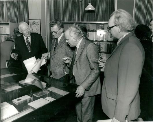 Bij Bomans-tenttonstelling in bibliotheek Heemstede. V.l.n.r. dr.E.Brongersma, Simon Carmiggelt, Michel van der Plas en de heer Disselkoen