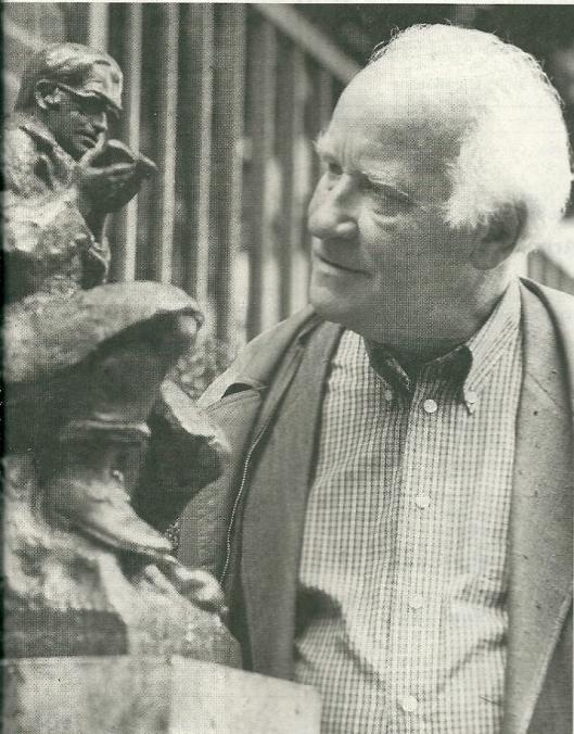 Michel van der Plas bij het beeld in Haarlem van Godfried Bomans, vervaardigd door Wim Jonker