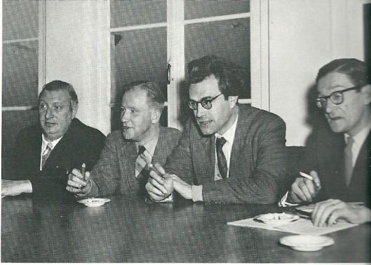 Vier rooms-katholieke schrijvers achter de tafel in conclaaf . V.l.n.r. Anton van Duinkerken, Michel van der Plas, Godfried Bomans en Gabriël Smit