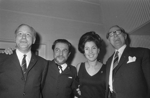 Uitreiking van Gouden Harpen in Carlton Amsterdam. Van links naar rechts: Michel van der Plas, Wim Ibo, Corry Brokken en Herman Tholen, 18 november 1968 (foto Ron Kroon)