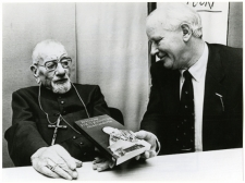 Michel van der Plas presenteerde het eerste exemplaar cab zijn in 1984 verschenen 'boekuitgave 'Brieven aan paus Johannes' aan de toen oudste levende Nederlandse bisschop, mgr. Tarcicius Valenberg OFM Cap.