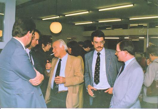 In de openbare bibliotheek van Waddinxveen. V.l.n.r. dr. Albert Weijman, Hans Krol, Michel van der Plas, onbekende, Frank van der Voordt
