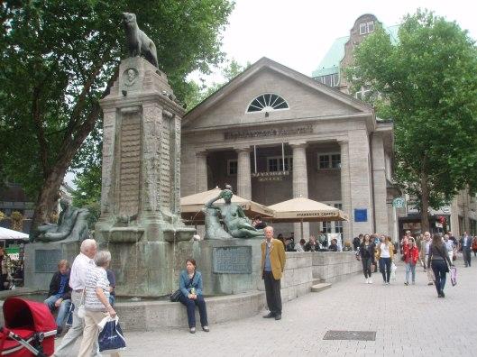 Voor de  als Bücherhalle gebouwd tempelgebouw, anno 2013 domein van Starbucks