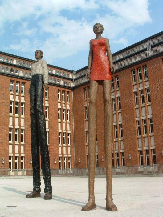 """Houtsculptures van een man en een vrouw. De ruim 5 meter hoge beelden zijn van Stephan Balkenhol (geb. 1957) """"Die Plastiken sollen uns anregen den eigenen Horizont zu erweitern."""""""